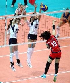 Sabina-Altynbekova-menerima-smash-lawan-kelihatan-ketiaknya
